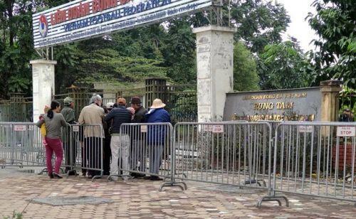 """""""Cò vé"""" vây quanh SVĐ Mỹ Đình, giá vé liên tục được đẩy giá trước trận Việt Nam – Thái Lan"""