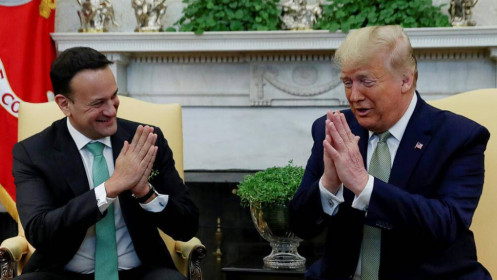 [Video] Vì đại dịch Covid-19, Tổng thống Trump chắp tay chào thay bắt tay