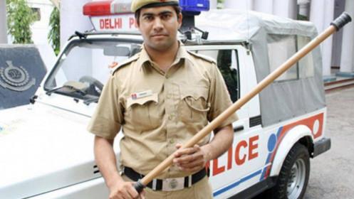 Bị cảnh sát vụt tới tấp khi ra đường không đeo khẩu trang