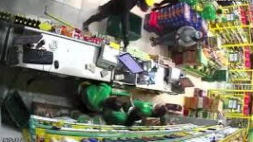 CLIP: Hai thanh niên dùng súng cướp Bách Hóa Xanh ở quận Tân Phú