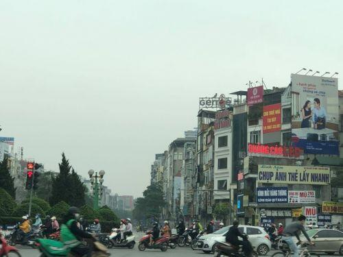 Đường phố Hà Nội bất ngờ nhộn nhịp dù đang 'cách ly toàn xã hội'