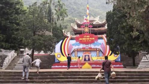 """2 triệu đồng/thuyền đưa """"chui"""" khách vào lễ chùa Hương bất chấp lệnh cấm"""