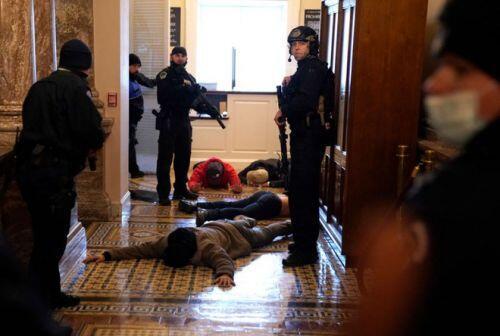 """[Video] Cảnh hỗn loạn bên trong Điện Capitol: Cảnh sát chạy rút lui, """"run rẩy"""" trước người biểu tình"""