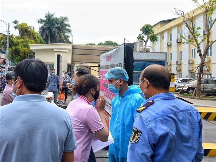 [Ảnh] Dòng người chen chúc chờ tiêm vaccine COVID-19 ở Bệnh viện E