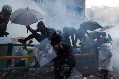 """Cận cảnh """"bãi chiến trường"""" ở đại học Hong Kong sau đụng độ dữ dội"""