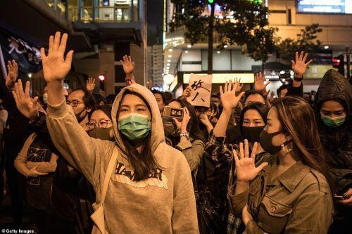 """Hai """"thái cực"""" sau kết quả đầy bất ngờ cuộc bầu cử ở Hong Kong"""
