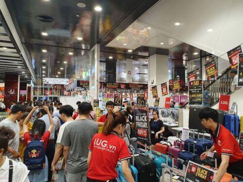 Black Friday: Chen lấn săn hàng giảm giá trong đêm Sài Gòn