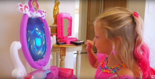 Cô bé 5 tuổi kiếm thu nhập 18 triệu USD/năm từ YouTube