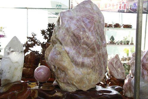 Đá quý hàng trăm triệu đồng được bày bán tại hội chợ xuân phố núi