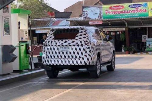 Toyota Fortuner phiên bản nâng cấp mới lộ diện khi đang chạy thử trên đường