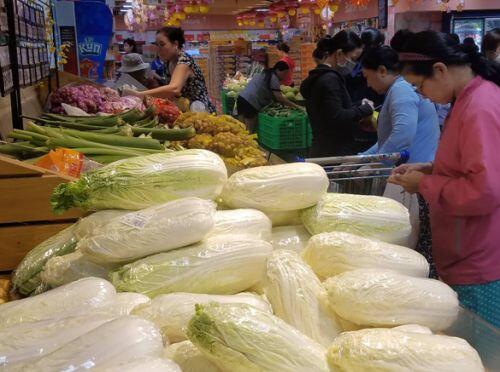 Sáng 30 Tết: khách đến siêu thị và chợ không đông, nhiều mặt hàng giảm giá bán