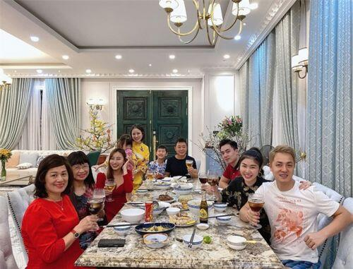 Ngắm đã mắt căn biệt thự 2 triệu USD mới tậu của vợ chồng Đăng Khôi ngày Tết: Xa hoa, sang trọng chẳng khác gì khách sạn 5 sao