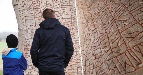 Tảng đá Viking chứa ký tự lạ tiết lộ tương lai của loài người