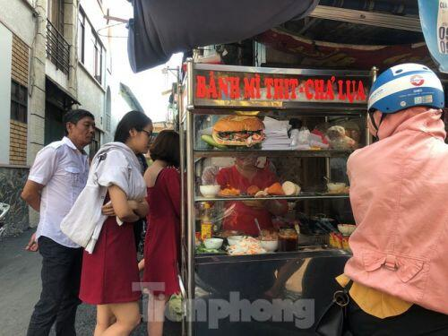 Hàng quán vẫn nghỉ tết, dân công sở chật vật tìm quán ăn