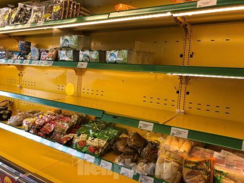 Trữ thức ăn trước dịch corona, nhiều siêu thị hết veo thực phẩm