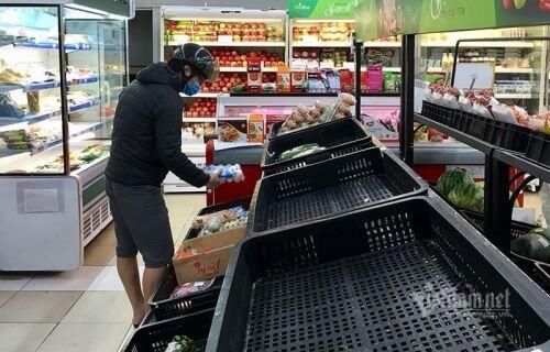 Rau củ cháy hàng, dân mua vét sạch, kệ siêu thị trống trơn