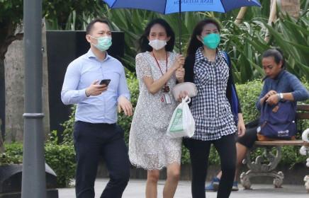 """Indonesia: Phòng ngừa virus corona, người dân """"cắn răng"""" mua hộp khẩu trang y tế giá 1,6 gram vàng"""
