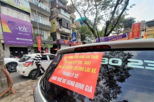 Tài xế Vic Taxi tắt đàm, bỏ làm kéo đến trụ sở hãng 'biểu tình'