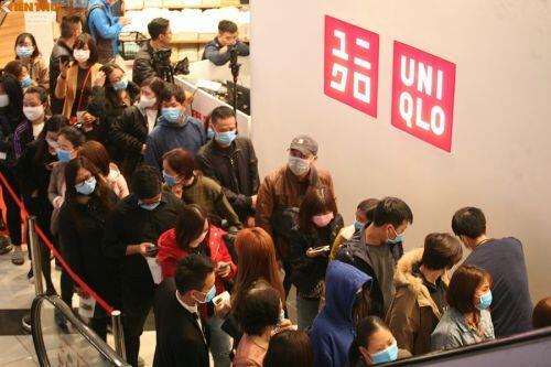 """Hàng nghìn người """"chen chân"""" ở cửa hàng Uniqlo đầu tiên khai trương tại Hà Nội"""