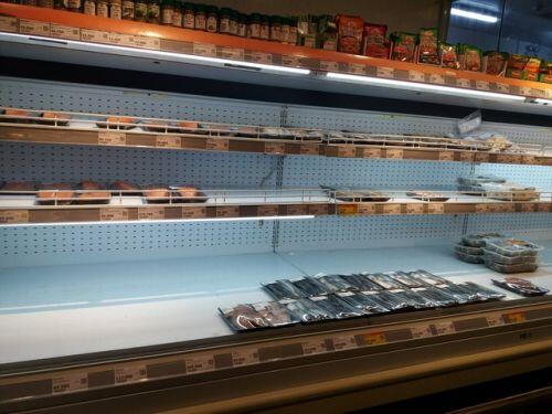 Quầy thịt trống trơn, người Hà Nội xếp hàng từ sáng mua thực phẩm dự trữ