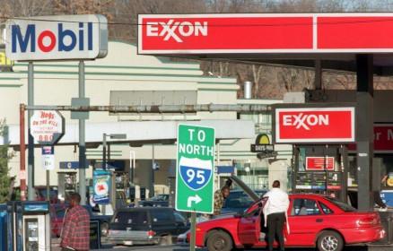 Các công ty dầu mỏ ngồi trên đống lửa