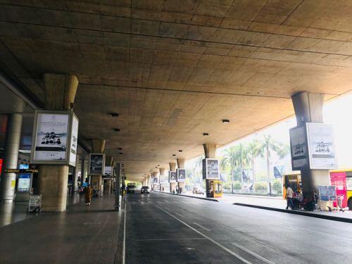 Việt kiều đổ bộ về nước trốn dịch, sân bay Tân Sơn Nhất vẫn vắng hoe - ảnh 3