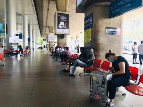 Việt kiều đổ bộ về nước trốn dịch, sân bay Tân Sơn Nhất vẫn vắng hoe - ảnh 7