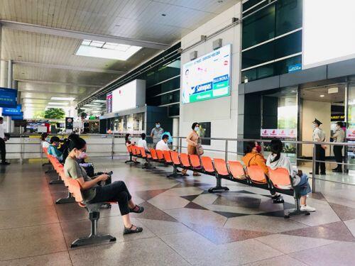 Việt kiều đổ bộ về nước trốn dịch, sân bay Tân Sơn Nhất vẫn vắng hoe - ảnh 9
