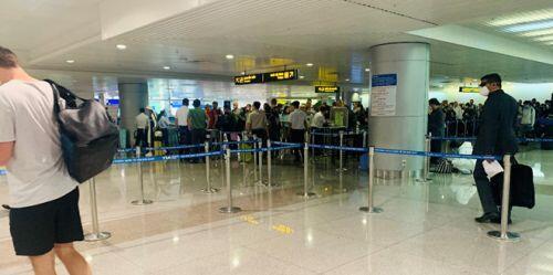 Việt kiều đổ bộ về nước trốn dịch, sân bay Tân Sơn Nhất vẫn vắng hoe - ảnh 10