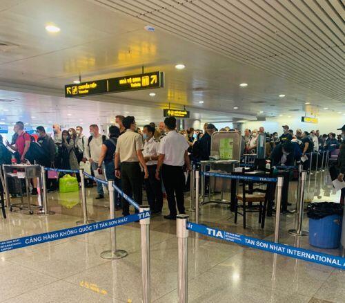 Việt kiều đổ bộ về nước trốn dịch, sân bay Tân Sơn Nhất vẫn vắng hoe - ảnh 12