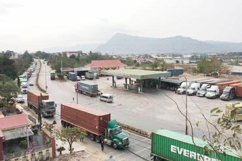 """Hàng hóa """"tắc"""" tại cửa khẩu Lao Bảo, doanh nghiệp """"kêu cứu"""""""