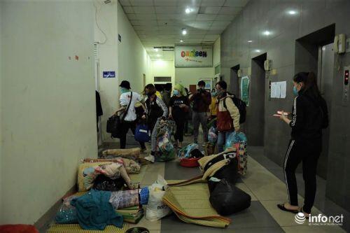 Nhường chỗ cho người cách ly, sinh viên KTX Mỹ Đình II chuyển nhà trong đêm