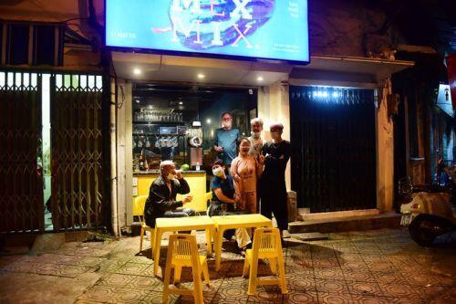 Người dân phố Trúc Bạch ăn mừng ngày dỡ cách ly