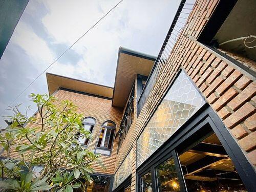 Ngôi nhà kết hợp quán cafe đẹp lạ nhờ nghệ thuật xếp gạch gây mê