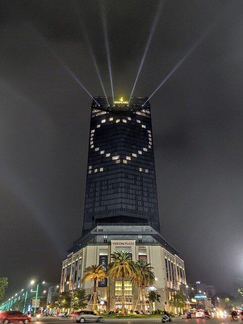 Nhiều tòa nhà cao tầng tại 17 tỉnh thành đồng loạt thắp sáng biểu tượng đẩy lùi Covid