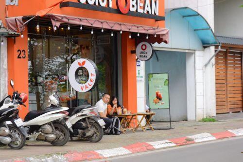 Phớt lờ lệnh Chủ tịch Hà Nội về chống dịch Covid-19, nhiều quán cafe vẫn mở cửa đón khách