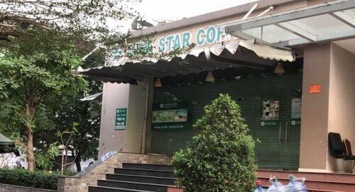 Hàng quán ở Sài Gòn tinh gọn bàn ghế hoặc treo biển chỉ phục vụ tối đa 29 người để được tiếp tục hoạt động vì Covid19