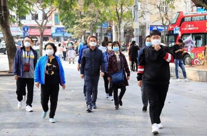 Công an quận Hoàn Kiếm xử phạt, nhắc nhở 4 người không đeo khẩu trang nơi công cộng