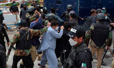 Bác sĩ Pakistan bất bình vì 'tay không' chống Covid-19