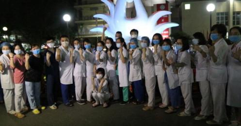 Khoảnh khắc vỡ oà Bệnh viện Bạch Mai gỡ phong toả