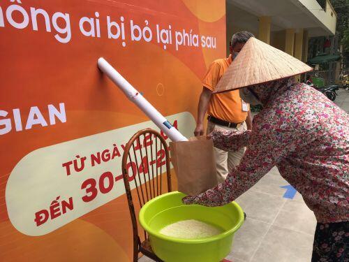 """""""ATM gạo"""" tại Hà Nội phát hơn 2 tấn gạo tới người nghèo trong ngày đầu tiên"""