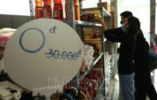 """[Ảnh] Ấm lòng với siêu thị hạnh phúc - """"siêu thị 0 đồng"""" cho người nghèo tại Hà Nội"""