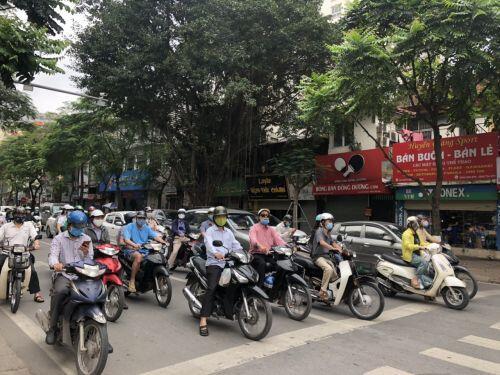 [Ảnh] Đường phố Hà Nội đông đúc trong ngày đầu tuần