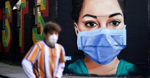 """Số người chết cán mốc 20.000, chính phủ Anh đối mặt """"bão"""" chỉ trích"""