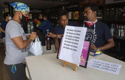 """Vừa nới lỏng lệnh phong tỏa, người dân Ấn Độ """"rồng rắn"""" mua rượu bia"""
