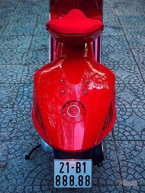 Vespa đỏ biển ngũ quý 8, giá gần 700 triệu