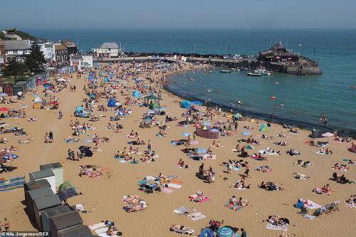 Phụ nữ Anh diện bikini tụ tập trên bãi biển, hồ bơi bất chấp Covid-19