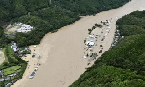 Nhật điều hàng nghìn binh sĩ đối phó mưa lũ