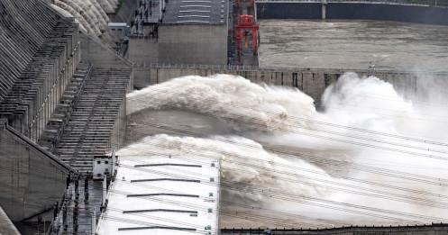 """Lũ mới ập đến sông dài nhất Trung Quốc, đập Tam Hiệp """"oằn mình"""" đối phó"""