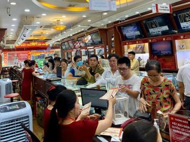Giá vàng tăng 'điên loạn': Người xếp hàng chờ bán, kẻ vác cả bao tải tiền đi mua vàng